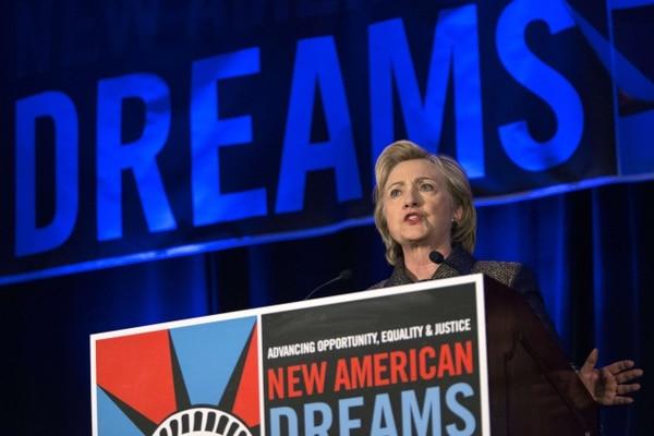 La precandidata presidencial demócrata, Hillary Clinton, dijo que se deben dar facilidades a las personas que iniciaron el proceso de solicitud de ciudadanía estadounidense.