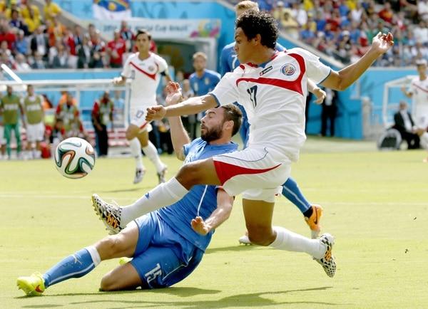 A Yeltsin Tejeda le tocó marcar a Andrea Barzagli en el partido de Costa Rica ante Italia, en el Mundial de Brasil 2014.
