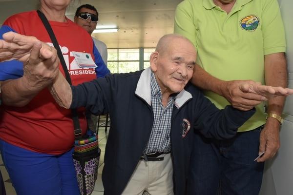 Chepito votó en la escuela Ezequiel Morales de Piedades de Santa Ana. Foto David Vargas