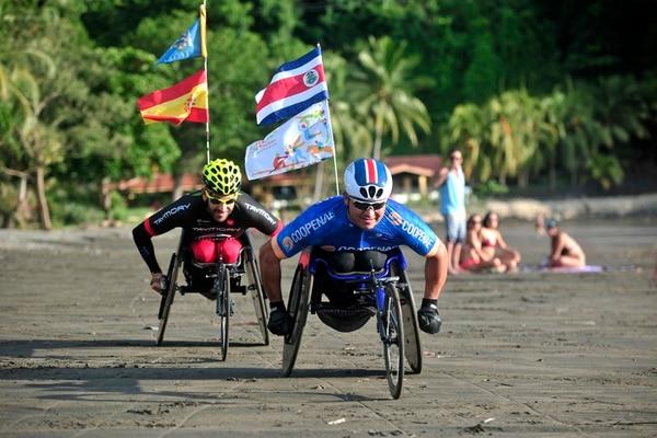 José Jiménez se entrenó durante un mes en Jacó, Garabito, junto al español Rafael Botello, con el fin de acostumbrarse al fuerte calor que estará imperando en la competencia.   JOHN DURÁN