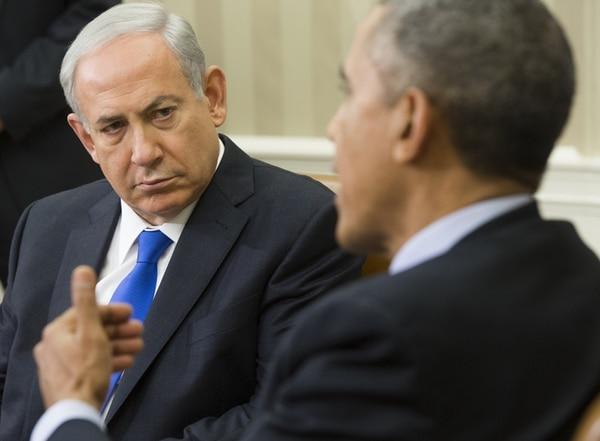 El presidente de Estados Unidos, Barack Obama, y el primer ministro israelí, Benjamín Netanyahu (de frente), durante el encuentro del lunes en la Oficina Oval de la Casa Blanca. | AFP