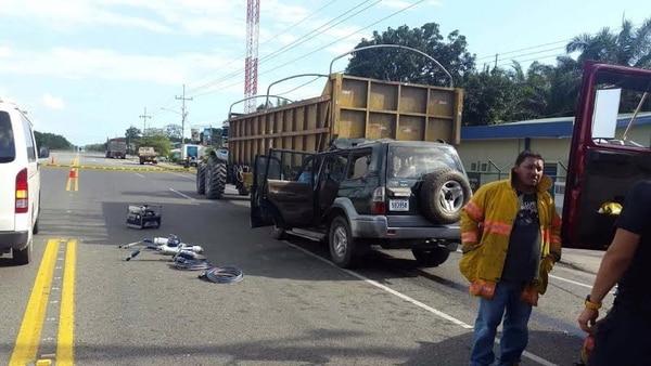 El OIJ investiga las causas por las que el vehículo se incrustó debajo de la carreta. Un testigo lo vio pasar a gran velocidad.