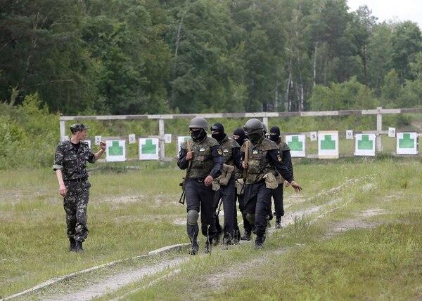 Varios soldados de la Milicia Popular ucraniana de la región de Donbas se entrenaron ayer en el campo de tiro de Novi Petrivtsi, cerca de Kiev. | EFE
