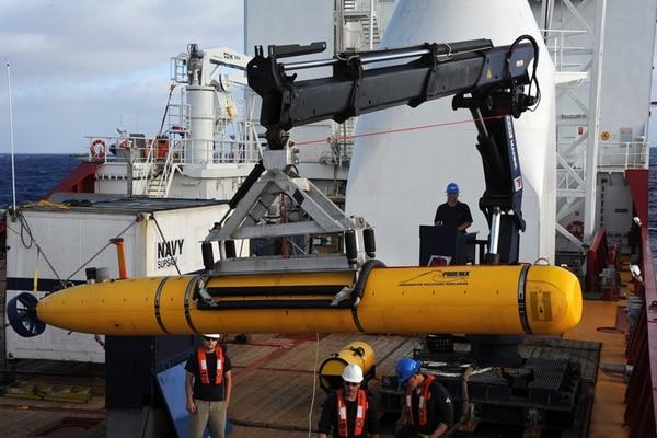 El Bluefin-21 cuando lo alistaban para la primera inmersión. | AP