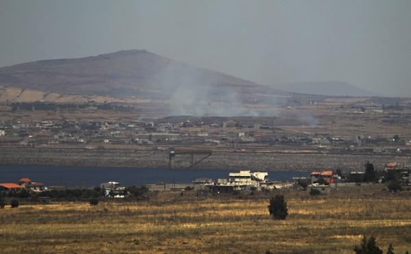 Vista del humo generado por los ataques israelíes a una villa de Siria, en la frontera entre ambas naciones.