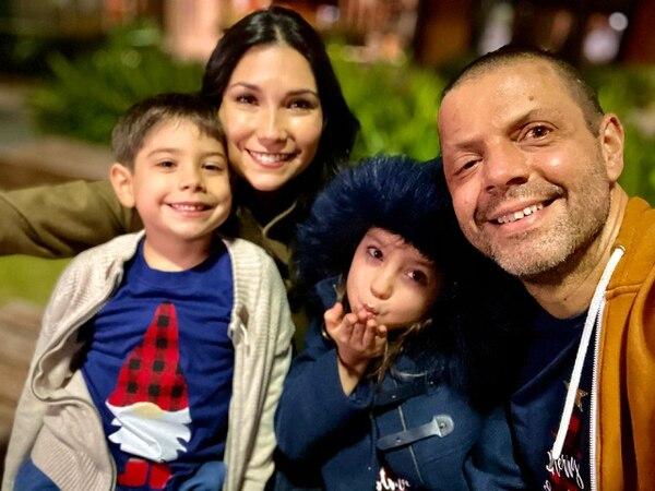Gerardo Zamora ha encontrado en su familia el principal apoyo. Su esposa Ginnés y sus hijos Marcelo y Luciana son su motor. Foto: Gerardo Zamora para LN