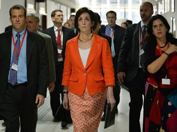 La Subsecretaria de Estado de Estados Unidos para el Hemisferio Occidental, Roberta S. Jacobson (centro), cuando se dirigía a una conferencia de prensa en el Palacio de Convenciones de La Habana, ayer, durante el segundo día de diálogo entre las delegaciones de Estados Unidos y Cuba tendientes a normalizar las relaciones entre ambos. | AFP