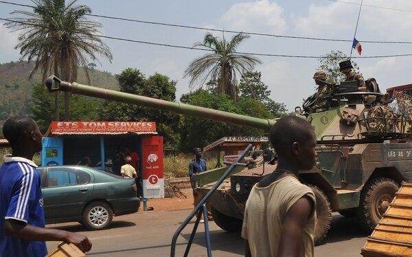 Los soldados franceses conducen su vehículo blindado este martes en Bangui, República Centroafricana.