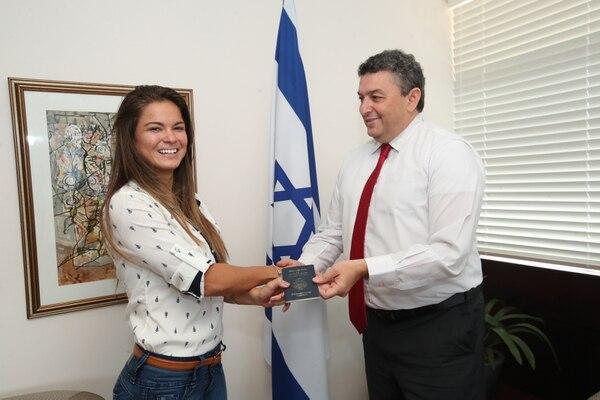 Fabiola Sánchez renovó su pasaporte junto al embajador de Israel en Costa Rica, Amir Ofek. Fotografía: John Durán