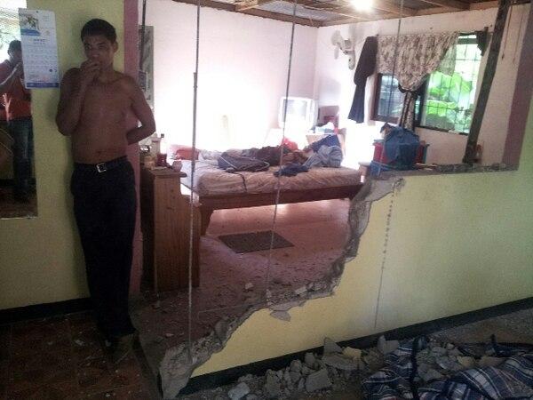 Varias viviendas de la comunidad de 27 de Abril, en Santa Cruz de Guanacaste, presentaron daños tras el terremoto.   ARCHIVO.