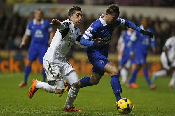 Bryan Oviedo disputa un balón con Pablo Hernández, del Swansea City, en un juego de la Liga Premier 2013-2014. El costarricense mostró buen nivel ayer en la Liga de Europa. | AFP