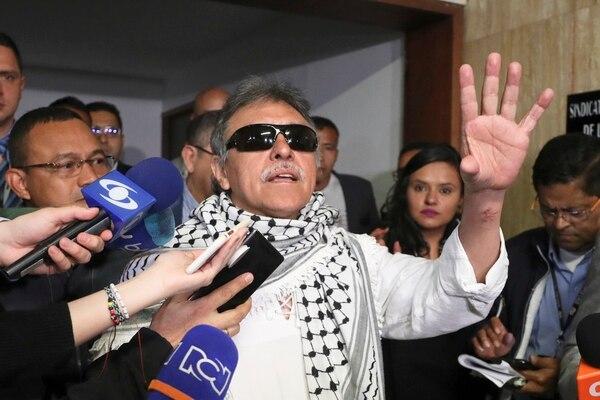 Jesús Santrich conversó con la prensa después de prestar juramento como miembro de la Cámara de Representantes, este martes 11 de junio del 2019.