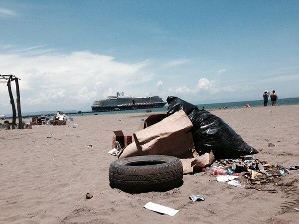 La playa en Puntarenas amaneció el domingo con basura luego de la carrera del día anterior. | ALEJANDRO ARLEY