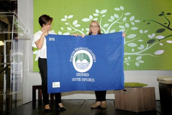 28/09/2018, Parque Viva, SEE 2018, segundo día, entrega de la bandera azul al Parque Viva, en la foto Flra Acuña y la gerente de parque viva Mariela Rodríguez, fotogafía Rafael Murillo