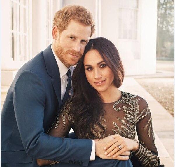 El príncipe Enrique de Inglaterra y su prometida la actriz Meghan Markle publicaron sus primeras fotos oficiales tras comprometerse en matrimonio./ Facebook