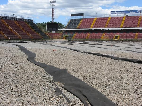 Los trabajos de colocación de la primera cancha sintética del estadio Alejandro Morera Soto comenzaron en marzo del 2009. | ARCHIVO