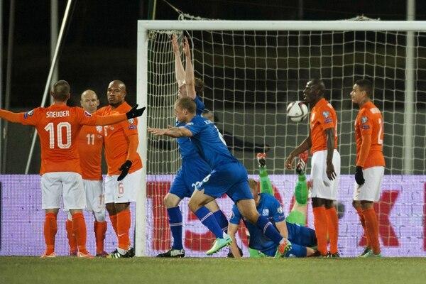 Jugadores de Islandia festejan su segundo gol ante Holanda. | EFE