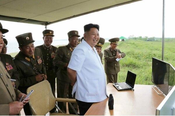 El líder norcoreano Kim Jong-un durante una prueba de lanzamiento de un cohete.