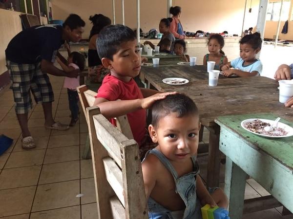 Carlos Eduardo Bolaños, de tres años, es uno de los 17 niños albergados en Moreno Cañas de Upala. Alonso Tenorio