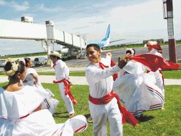 El grupo Huanacaxtle recibió a los pasajeros de WestJet. | CARLOS VARGAS