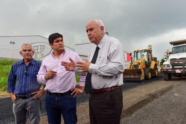 Eduardo Brenes, Carlos Alvarado y Rodolfo Méndez, durante el arranque de obras en el cruce de Moravia hacia San Blas. Foto tomada del Twitter de Carlos Alvarado