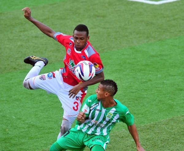 Jhamir Ordain del Santos de Guápiles disputa la pelota con el limonense Jossimar Pemberton. | JOSÉ RIVERA.