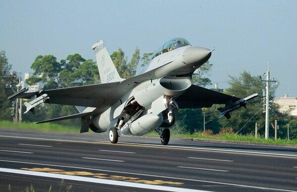 Un avión F-16 de la Fuerza Aérea de Taiwán aterrizó -el 16 de setiembre del 2014- en una sección cerrada de una autopista en Chaiyi, centro del país, durante ejercicios militares anuales.