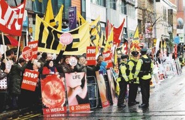Católicos y protestantes se juntaron ayer en Belfast contra la clínica. | AFP.