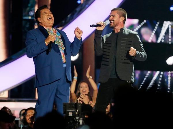 Juan Gabriel junto a Juanes en el 2016. AP.