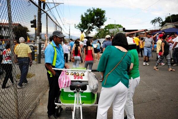 Roberto Rivas llevó helados a la escuela República Dominicana, donde votaban 11.207 personas.