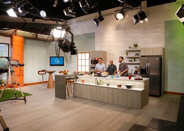 Ítalo Marenco, el chef vegano Gis Fallas, y el exfutbolista Diego País, disfrutaron de embutidos veganos en la nueva cocina. Al fondo en la pantalla, se aprecia la nueva gráfica. Foto: Albert Marín.