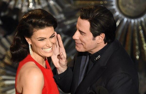 John Travolta junto a Idina Menzel en el escenario del teatro Dolby.
