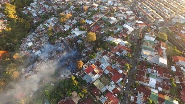 El incendio en Los Sauces se produjo este miércoles a las 2:36 a. m. En total ardieron 189 ranchos ubicados en un área de 8.400 metros cuadrados. Foto: Bomberos para LN