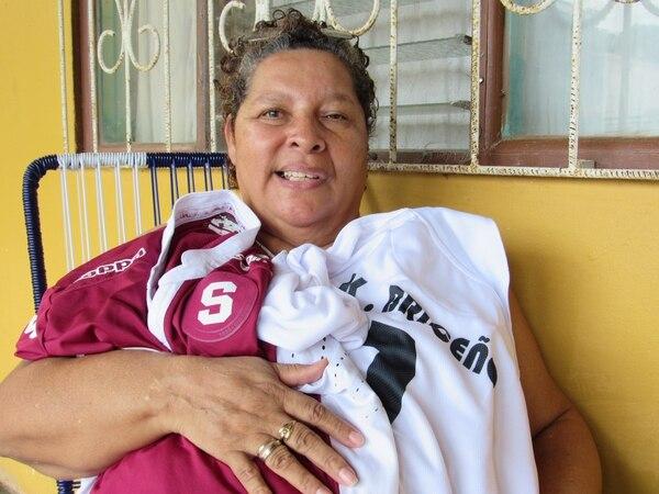 La mamá de Kevin Briceño está muy orgullosa de su hijo. Fotografía: Álvaro Duarte
