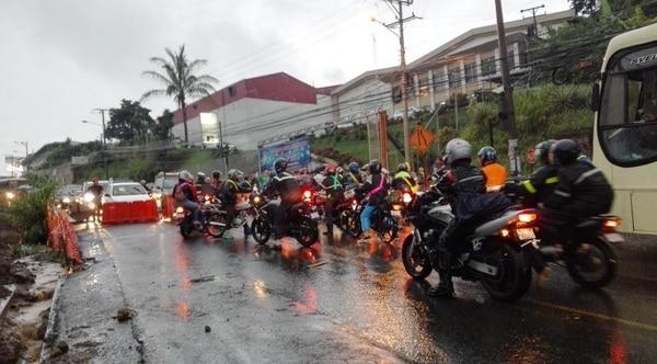 Un grupo de personas se manifiestan en La Uruca, de La Pozuelo 200 metros hacia Heredia, según reporte de la Policía de Tránsito.