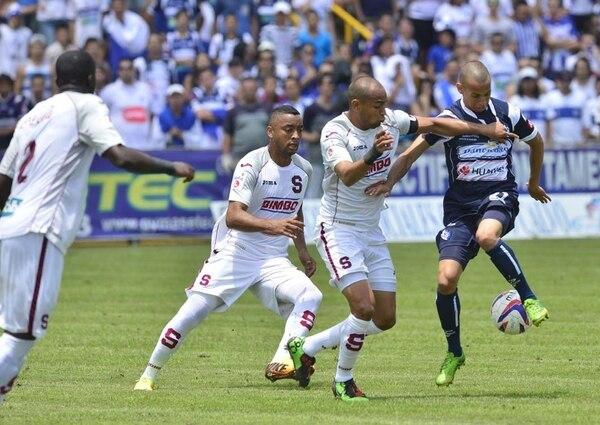 Alexánder Robinson lucha contra con todo para arrebatar el balón a Pablo Cardozo (derecha). Atrás vigila Manfred Russell, mientras Jordan Smith no pierde detalle. | RAFAEL PACHECO