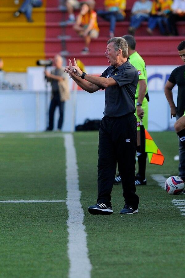 César Eduardo Méndez es el técnico del Club Sport Herediano.   ARCHIVO