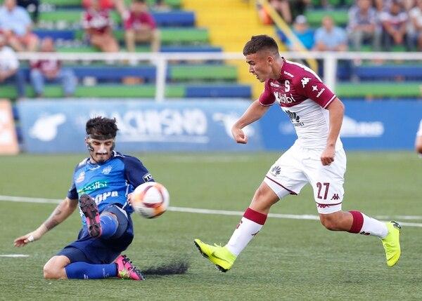 El juvenil de Saprissa Manfred Ugalde (derecha) entró de cambio en el juego ante Pérez Zeledón y tuvo esta oportunidad de anotar ante la marca del defensor de Mauricio Núñez. Foto: Albert Marín.