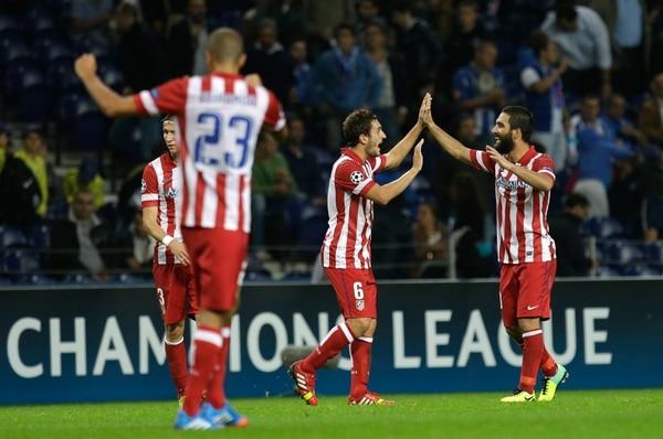 Arda Turan celebra el gol que le dio la victoria al Atlético de Madrid sobre el Porto.