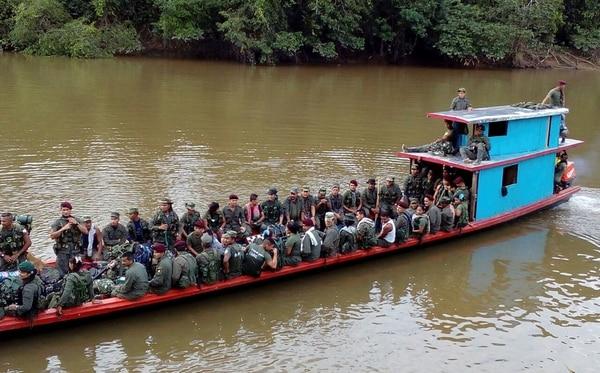 Miembros de las FARC llegaron este lunes en un barco para entregar sus armas en Las Carmelitas, departamento de Putumayo.