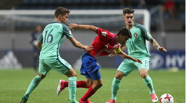 Luis Hernández deja en el camino a dos jugadores de la Selección de Portugal en el Mundial Sub-20 de Corea 2017. Foto: Archivo