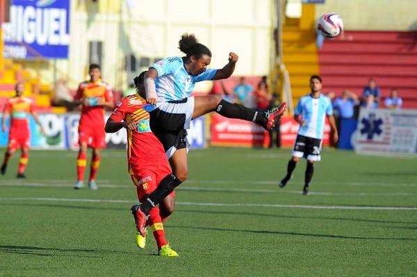 Jameson Scott anotó de penal el primer gol de la UCR ante Herediano.