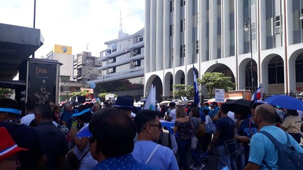 Manifestantes llegan al Ministerio de Hacienda