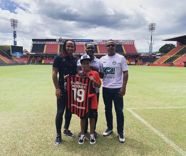 Jonathan McDonald se tomó una fotografía con su papá don Jasper y sus hermanos Yherland y Maikell, en el Estadio Alejandro Morera Soto, el día en el que retornó a la Liga tras su paso por Catar. Fotografía: Instagram Jonathan McDonald