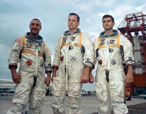 Los astronautas Gus Grissom, Ed White II y Roger Chaffee (de izq. a der.) posan en el complejo de lanzamiento en Cabo Kennedy. El 27 de enero de 1967, los tres astronautas se preparaban para lo que iba a ser el primer vuelo tripulado del programa Apollo, cuando se produjo un incendio en su cápsula. La investigación sobre el fatal accidente provocó importantes cambios en el diseño y la ingeniería, para hacer más segura la nave espacial, para los próximos viajes a la Luna. Foto: NASA