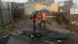 Lluvia y sismos obligan a desalojar 12 familias cercanas a deslizamiento en Desamparados