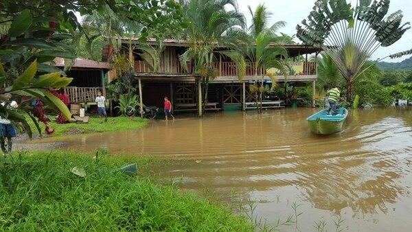En Cureñita de San Carlos, varias familias se refugiaron en sus viviendas de basas. La Cruz Roja fue ayer a darles alimentos. | ÉDGAR CHINCHILLA.