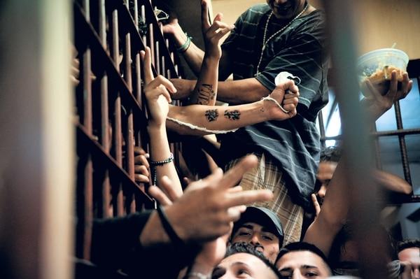 El 16 de setiembre del 2014, la Comisión Plena Tercera de la Asamblea Legislativa aprobó la ley que avala el uso del brazalete como alternativa a la cárcel para reos no peligrosos. Esta medida permitirá reducir los niveles de hacinamiento, pero inicialmente solo los usarán presidiarios a quienes les dicten prisión preventiva.   ARCHIVO / MARCELA BERTOZZI