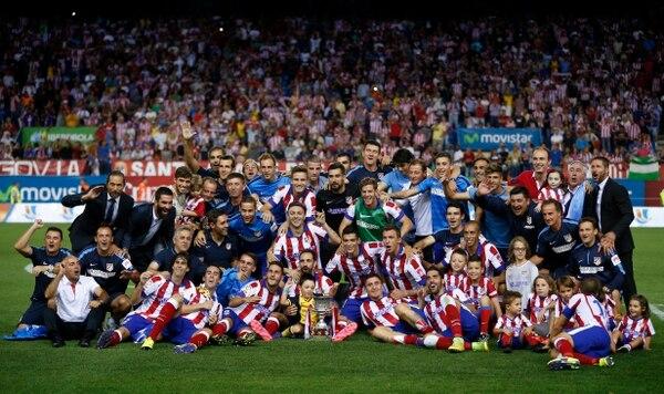 Los jugadores del Atlético de Madrid posan junto a la Supercopa de España que ganaron ante el Real Madrid.