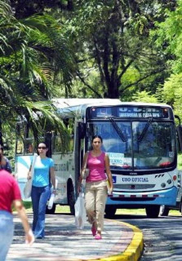 Decenas de buses llegan a la UCR, en San Pedro.   ARCHIVO.
